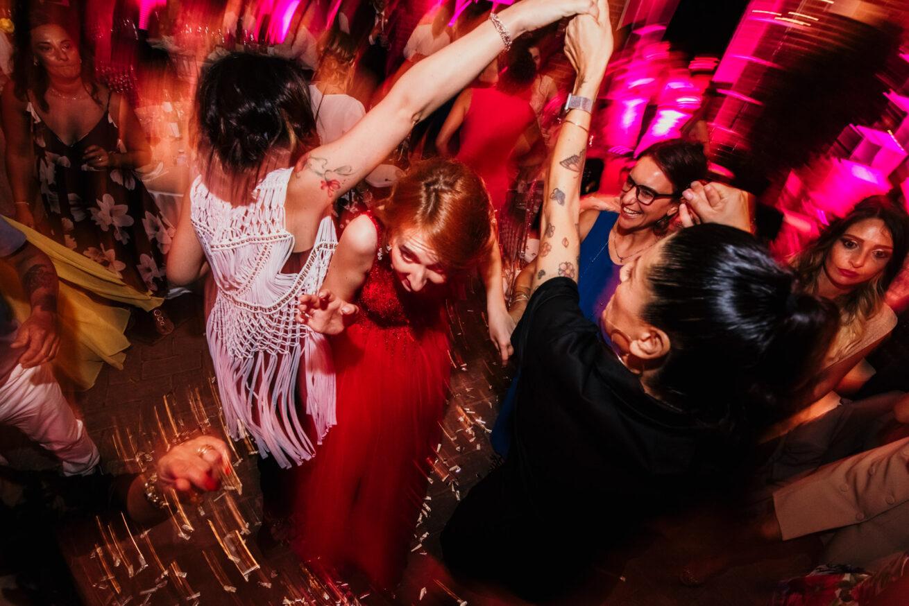 Matrimonio a bologna, festeggiamenti sposa con abito rosso
