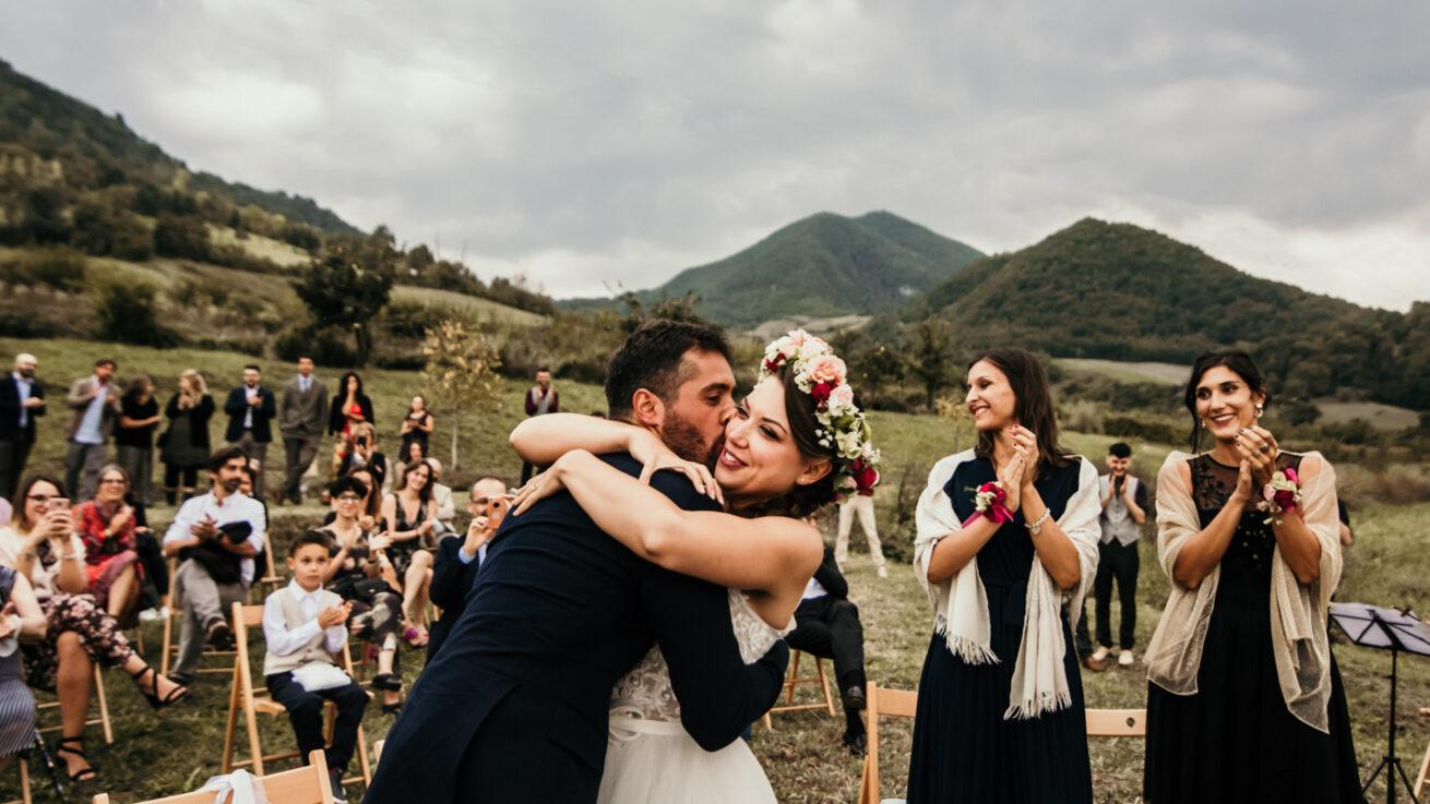 Matrimonio a Bologna sui colli a Marzabotto, abbraccio tra gli sposi a fine cerimonia