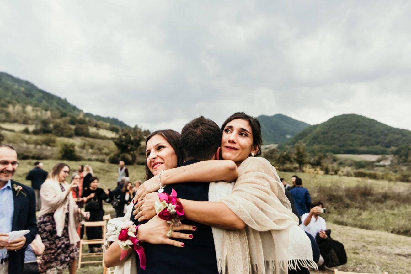 Matrimonio a Bologna sulle colline Bolognesi, abbracio tra invitatiti