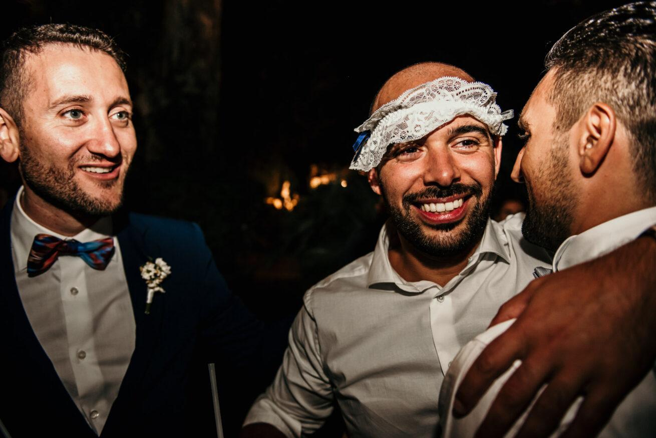 Matrimonio a Pesaro Urbino, lancio della giarretiera , location ristorante Il Mulino a Misano Adriatico