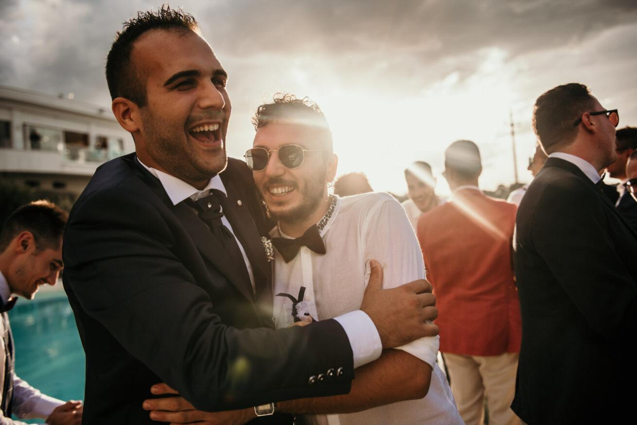 abbraccio con lo sposo a Rimini, location Ristorante da Rinaldi