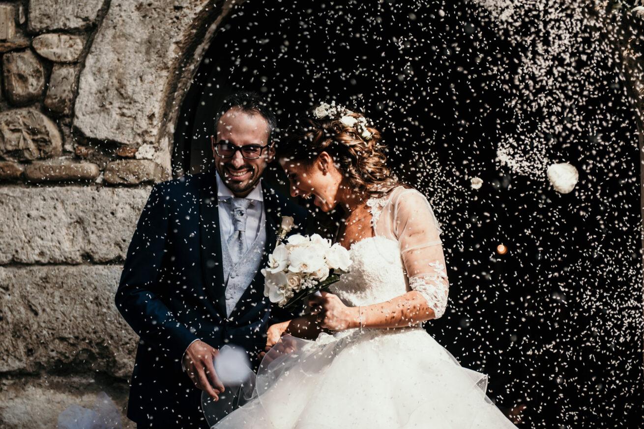 Matrimonio a Rimini, uscita degli sposi dalla chiesa con lancio del riso