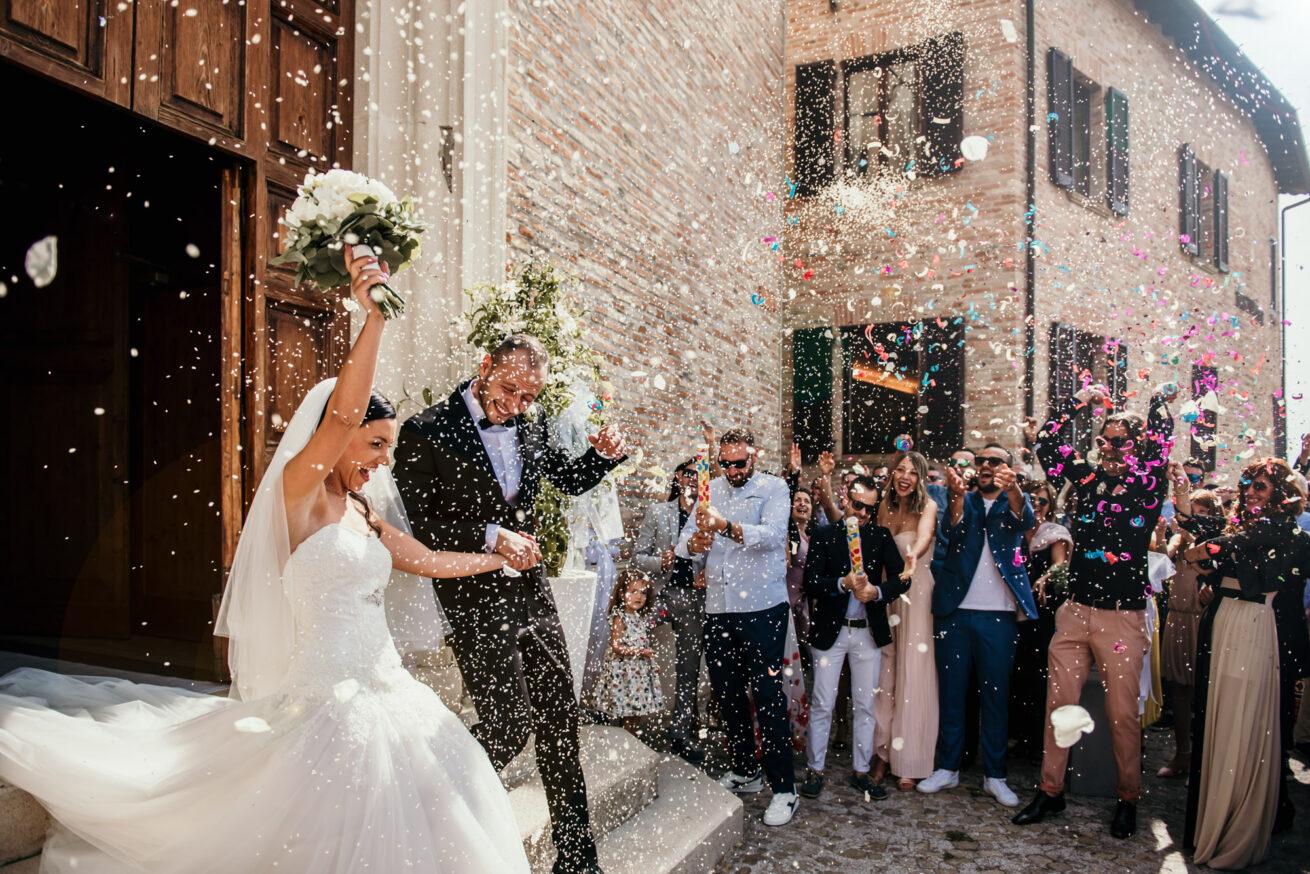 Matrimonio Ancona uscita degli sposi dalla chiesa con lancio del riso