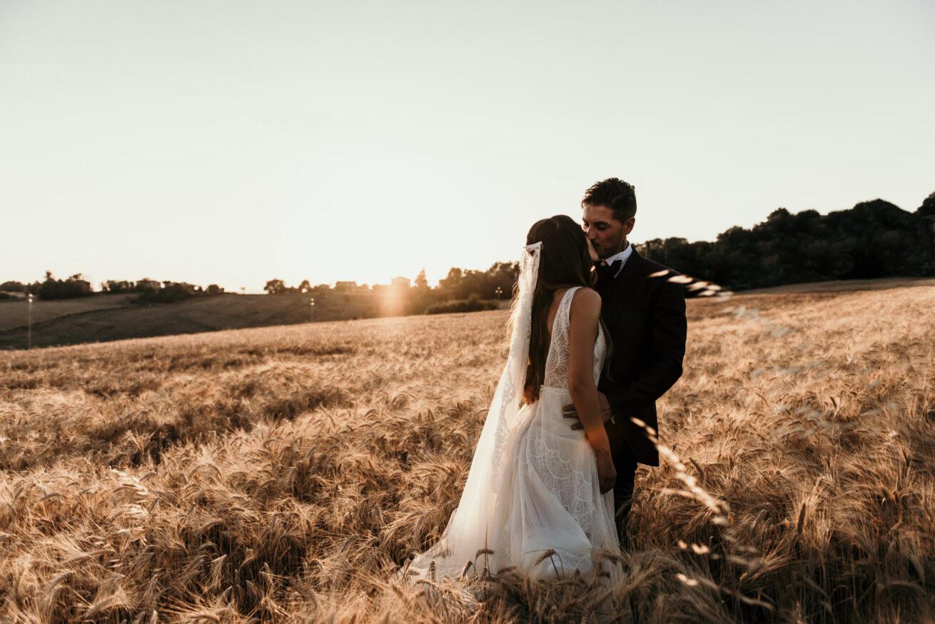 Matrimonio Ancona in un campo di grano al tramonto