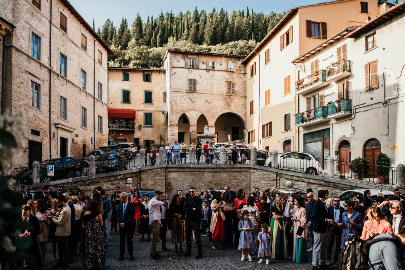 Marimonio Pesaro Urbino, attesa fuori della chiesa di Fossombrone