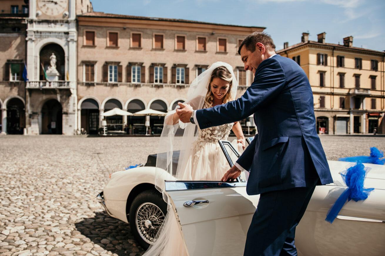 Matrimonio a Modena, arrivo della sposa con auto d'epoca e abito da sposa classico