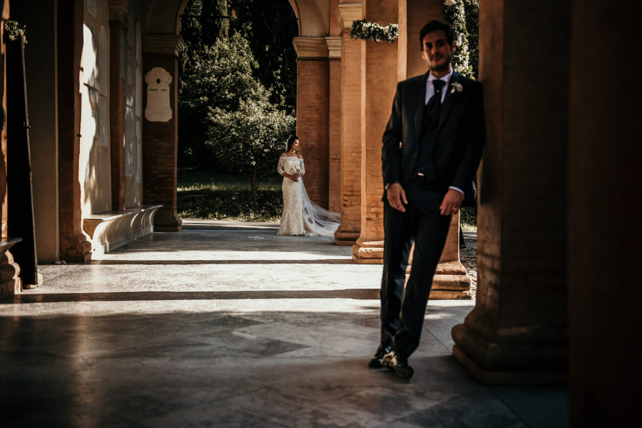 Fotografia matrimonio sposi a Reggio Emilia portici chiesa Natività di Albinea