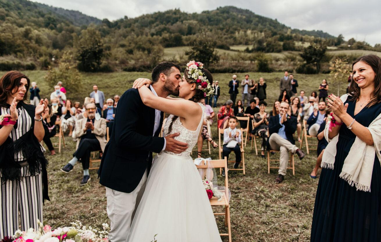 Matrimonio a Bologna sui colli a Marzabotto, bacio tra gli sposi a fine cerimonia