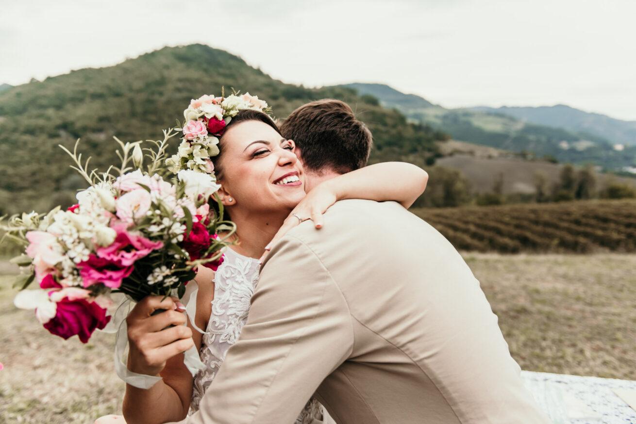 Matrimonio a Bologna abbraccio con la sposa e bouquet