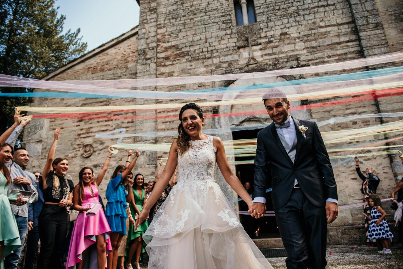 Matrimonio a Pesaro Urbino, uscita sposi dalla chiesa Abbadia San Tommaso in Foglia