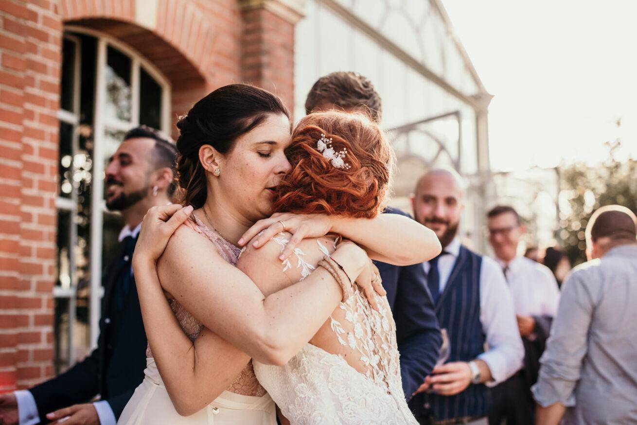 Abbraccio con la sposa, matrimonio a bologna location Vivaio la Bastia