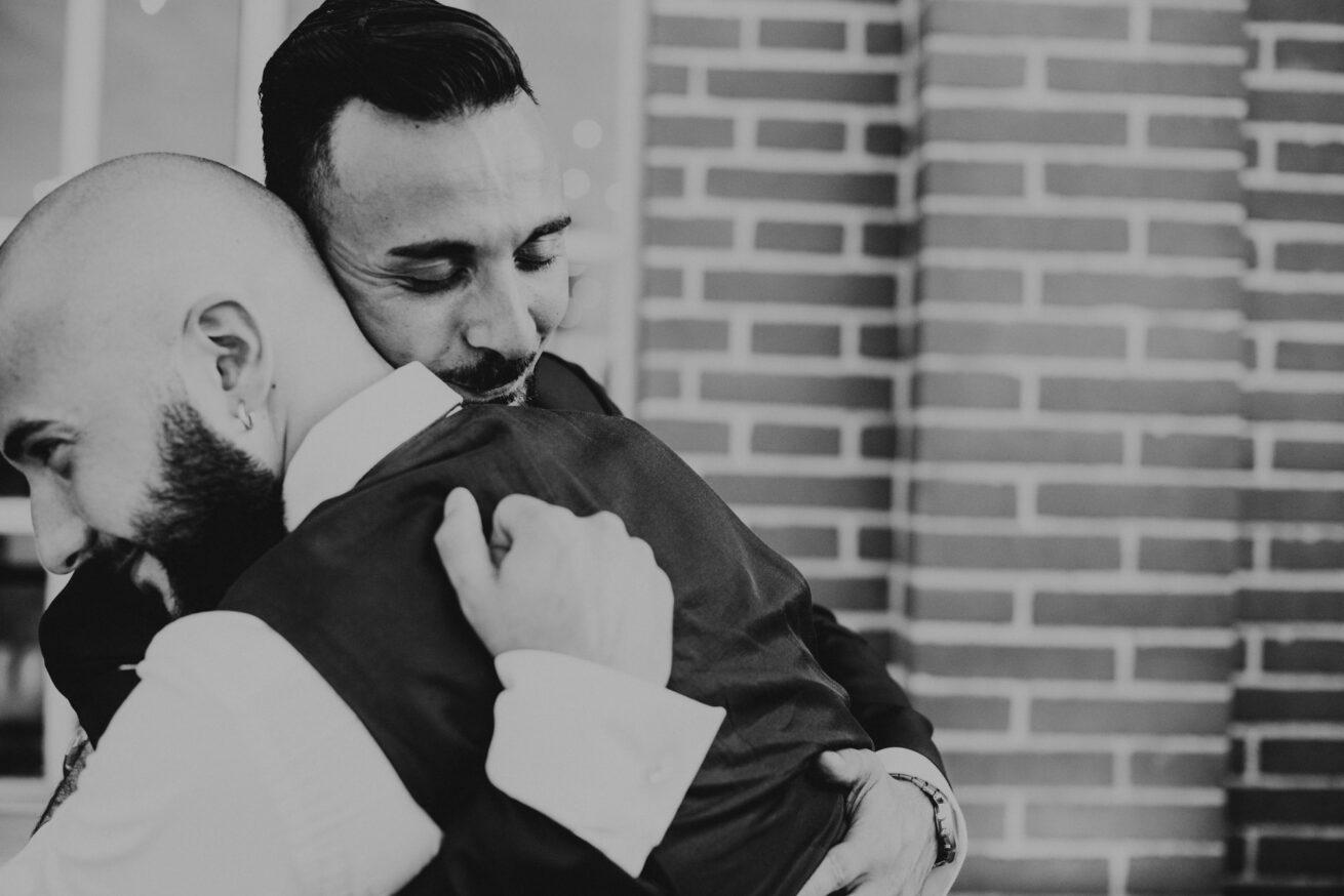 Matrimonio a Bologna, abbraccio invitati, Vivaio la Bastia Bologna