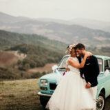 Foto sposi sui colli bolognesi a Marzabotto con auto d'epoca Fiat 127 azzurra