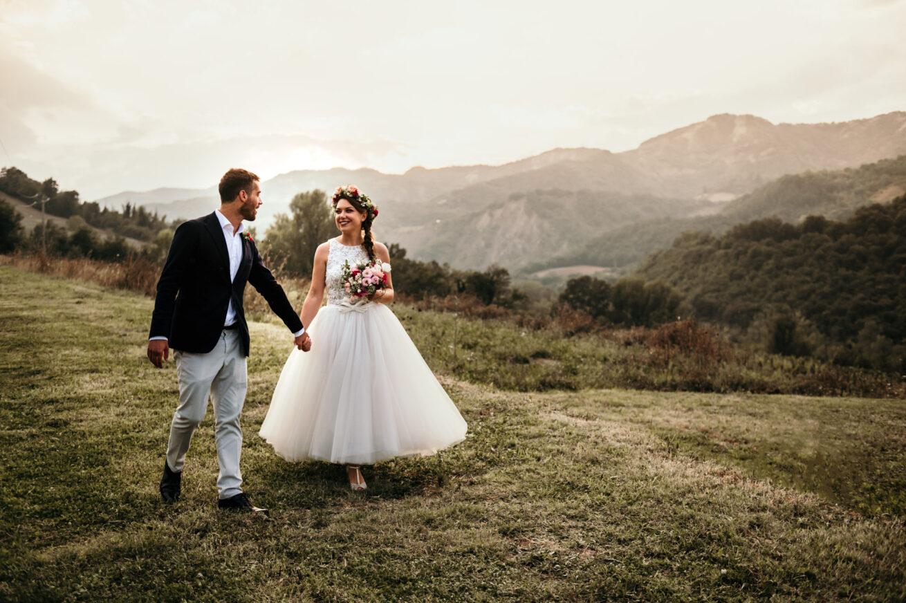 Matrimonio a Bologna al tramonto sui colli bolognesi con bouquet e abito sposa